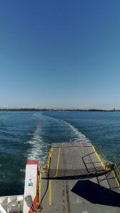 船でノースストラドブローグ島へ向かう